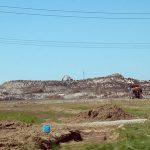 5月に残る雪捨て場の雪の山