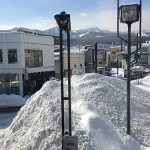 春の証、道ばたの雪解け渓谷