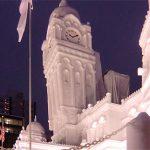 雪祭りの塔は かしがっていた