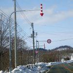 紅白の矢印 矢羽根は冬の道路の道しるべ