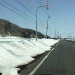 トラクターが雪原のキャンパスを描く
