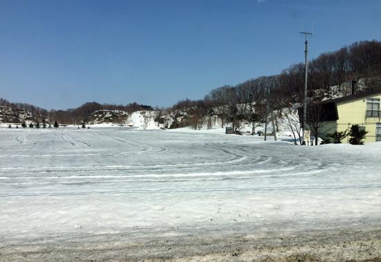 融雪剤を撒いた畑の風景