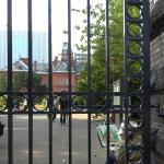 道庁赤れんが庁舎の歪んで見えるガラス窓