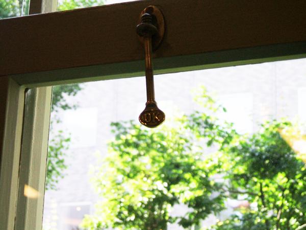 時計台内部の窓の鍵