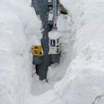 横断歩道を渡るには雪穴の押しボタンを押せ