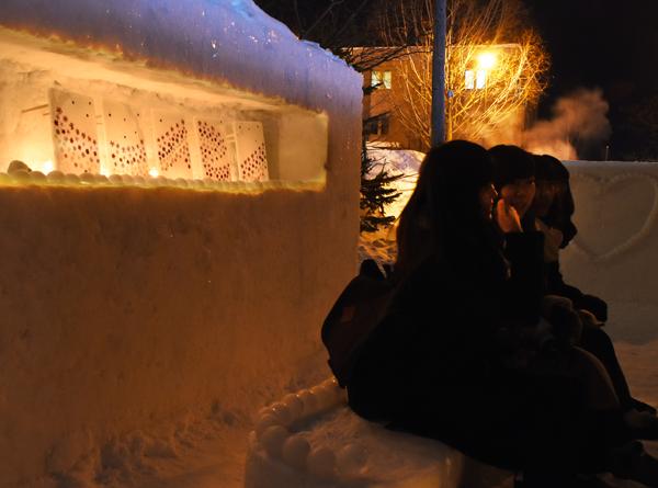 雪あかりの路の女子高生たち