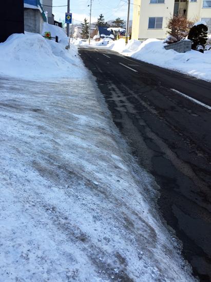 凍った坂道