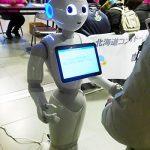 ロボットPepperはマダムとの会話に気を使っている