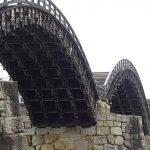 岩国駅からバスで15分の錦帯橋は釘を使わないアーチの橋