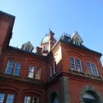 明治が見える 景色が歪む窓ガラスの不思議、北海道庁の赤れんが庁舎