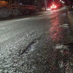 道路も凍る遅い冬の始まりです
