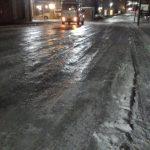 凍る札幌、 川が凍ったようなツルツル道路