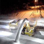 ロータリー除雪車とダンプカーの息のあった排雪作業